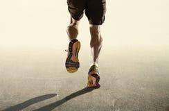 Starka ben och rinnande skor av sportmannen som joggar i sunt uttålighetbegrepp för kondition i advertizing, utformar royaltyfri bild