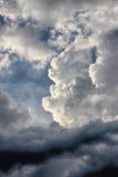 Starka dramatiska moln Arkivbilder