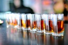 Starka drinkar på stången, 50 skuggor av alkohol Royaltyfri Bild
