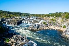 Starka forsar för vitt vatten i Great Falls parkerar, Virginia Side Royaltyfria Bilder