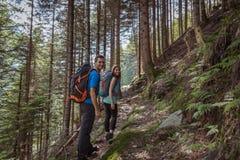 Starka par som fotvandrar i bergen arkivbilder