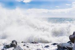 Starka vågor i havet Arkivbilder