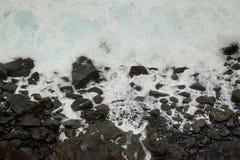 Starka vågor som kraschar på den vulkaniska kusten i Tenerife Royaltyfri Foto