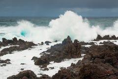 Starka vågor som kraschar på den vulkaniska kusten i Tenerife Arkivfoto