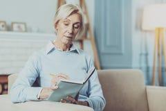 Starke ältere Frau, die in den Gedanken tief ist lizenzfreie stockfotografie