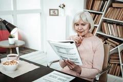 Starke ältere Frau, die tief in den Gedanken ist stockfotografie