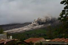 Starke Asche vom Vulkan Sinabung wird entlang der Seite von verbreitet Stockfotos