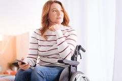 Starke behinderte Frau im Rollstuhldenken Lizenzfreies Stockfoto