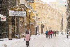 Starke Blizzard-Sturm-Bedeckung im Schnee das Stadtzentrum von Bukarest-Stadt Stockbild