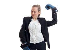 Starke blonde Geschäftsfrau in der Klage mit Boxhandschuhen Lizenzfreie Stockfotografie