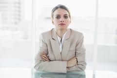 Starke blonde Geschäftsfrau, die Kamera betrachtet Lizenzfreie Stockfotografie