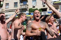 Starke englische Fußballfane singen das Lied Stockfotos