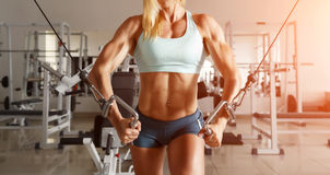 Starke Frau, die Übung in der Turnhalle tut Stockfoto
