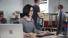 Starke Frau, die an Design arbeitet stock video