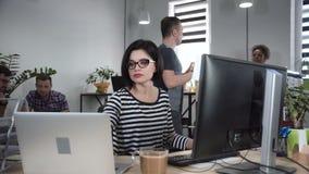 Starke Frau, die an Design arbeitet stock video footage