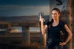 Starke Frau, die Gewehr-Actionfilm-Art hält Lizenzfreie Stockbilder