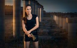 Starke Frau, die Gewehr-Actionfilm-Art hält Lizenzfreies Stockbild