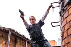 Starke Frau, die Gewehr hält Kriegs-Actionfilm-Art Stockfotografie