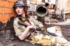 Starke Frau, die Gewehr hält Kriegs-Actionfilm-Art Lizenzfreies Stockfoto