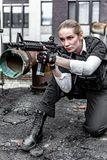 Starke Frau, die Gewehr hält Kriegs-Actionfilm-Art Lizenzfreie Stockbilder