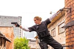 Starke Frau, die Gewehr hält Kriegs-Actionfilm-Art Stockbild