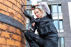 Starke Frau, die Gewehr hält Kriegs-Actionfilm-Art Lizenzfreie Stockfotos