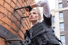 Starke Frau, die Gewehr hält Kriegs-Actionfilm-Art Lizenzfreie Stockfotografie