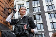 Starke Frau, die Gewehr hält Kriegs-Actionfilm-Art Stockbilder