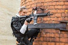 Starke Frau, die Gewehr hält Kriegs-Actionfilm-Art Stockfoto