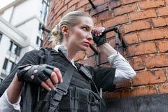 Starke Frau, die Gewehr hält Kriegs-Actionfilm-Art Stockfotos