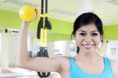 Starke Frau, die ihren Armmuskel zeigt Stockbilder