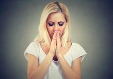 Starke Frau, die mit den Augen geschlossen anbetet Lizenzfreie Stockfotos