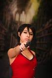 Starke Frau, die schlechtes cosplay Residentkostüm der Gewehr-Actionfilm-Art hält Lizenzfreie Stockfotografie