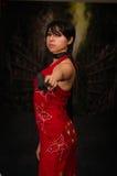 Starke Frau, die schlechtes cosplay Residentkostüm der Gewehr-Actionfilm-Art hält Lizenzfreies Stockfoto