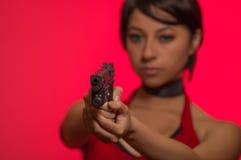 Starke Frau, die schlechtes cosplay Residentkostüm der Gewehr-Actionfilm-Art hält Lizenzfreie Stockbilder