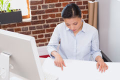 Starke Frau, die am Schreibtisch arbeitet Stockfotos
