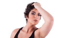 Starke Frau, ihr Haar anhalten und schauen zum camer lizenzfreie stockfotos