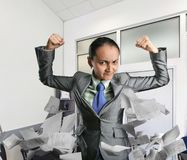 Starke Frau im Büro Lizenzfreie Stockfotografie