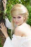 Starke Frau mit Art des blonden Haares auf der Natur Stockfotografie