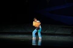 Starke Frau trägt eine schwere Belastung Jiangxi-Oper eine Laufgewichtswaage Stockbild
