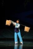 Starke Frau trägt eine schwere Belastung Jiangxi-Oper eine Laufgewichtswaage Lizenzfreies Stockbild