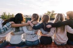 Starke Freundschaft Glücklicher Zeitvertreib draußen lizenzfreies stockbild