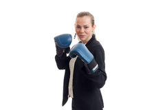 Starke Geschäftsfrau in der klassischen Uniform und in den Boxhandschuhen Stockfotos