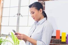 Starke Geschäftsfrau, die digitale Tablette im Büro verwendet Lizenzfreie Stockfotografie