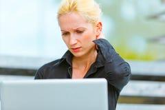 Starke Geschäftsfrau, die Laptop verwendet Stockbilder