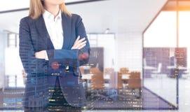 Starke Geschäftsfrau im Stadtbüro Stockbild