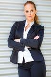 Starke Geschäftsfrau nahe Bürohaus Stockbilder