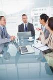 Starke Geschäftsleute, die über Kaffee zusammenarbeiten Stockbild