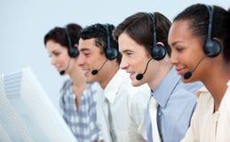 Starke Geschäftsleute, die Kopfhörer verwenden stockfotos