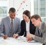 Starke Geschäftsleute, die Verkaufsreport studieren
